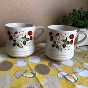 Vintage 1970s Strawberry flower mug set of 2